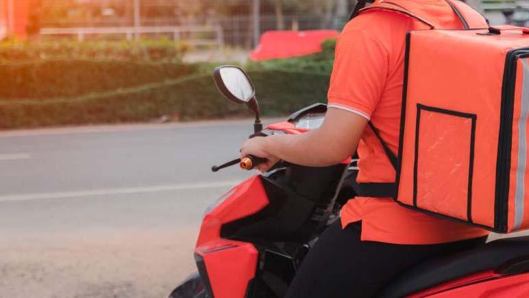 Intentó robarle la moto a un delivery pegándole con un palo