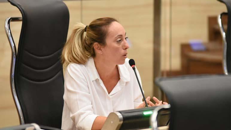La edil rosarina Renata Ghilotti presentó un programa que exige a trabajar a los beneficiarios de planes sociales