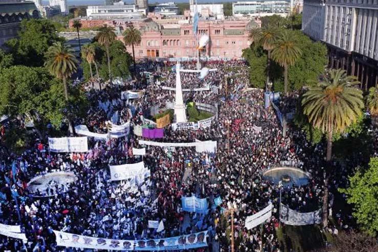 A la plaza sin Alberto y con pedido de no pagarle al FMI